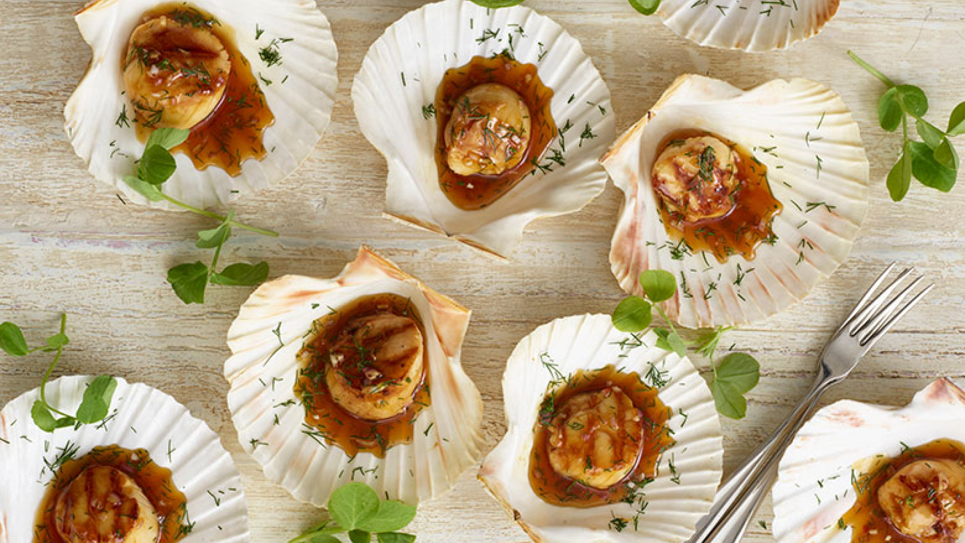 Grilled scallops with white wine and plum sauce