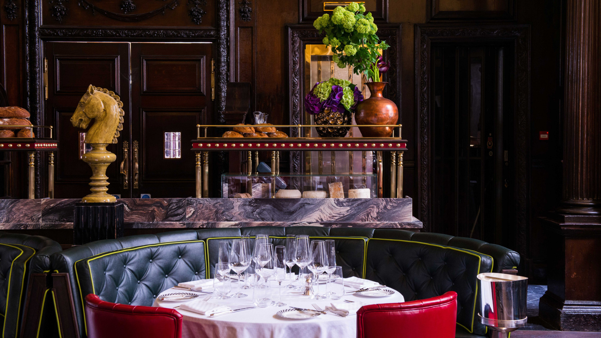 The grand divan table at Simspon's on the Strand